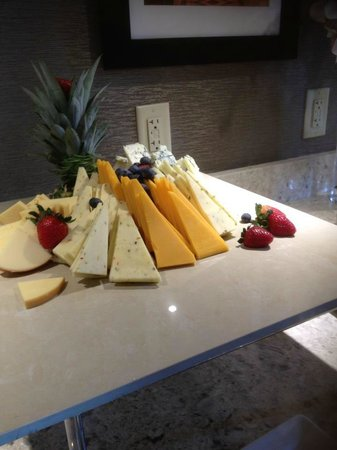 Sheraton Silver Spring Hotel: Assorted cheese hors d'oeuvres in Club Lounge