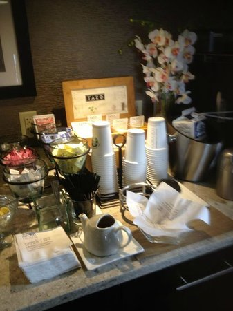 Sheraton Silver Spring Hotel: Tea,coffee and hot coco in Club Lounge
