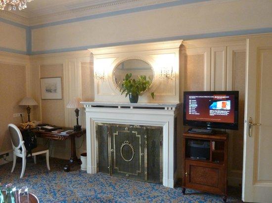 Hotel Bristol Vienna: Small TV