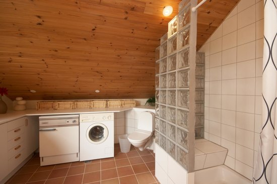 Jonstott Guesthouse: Loft Bathroom facilities (washer drier available as well)