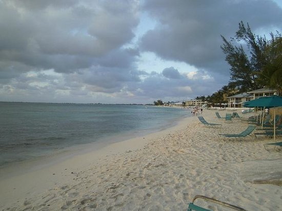 Plantation Village Beach Resort: Looking down 7 mile from resort