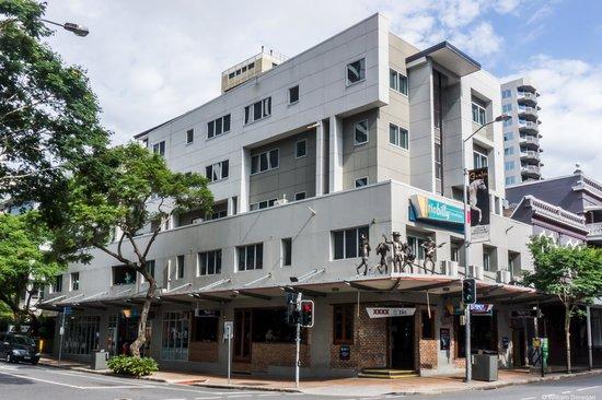 Base Brisbane Uptown : hostel building