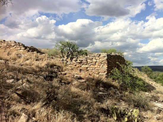 Montezuma Well National Monument: Dwellings facing towards the outlet