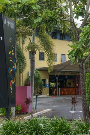 Nomads Cairns Backpackers and Serpent Bar: entrance from street
