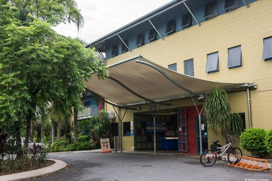 Nomads Cairns Backpackers and Serpent Bar: hostel building