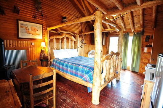 Mountain Lakes Lodge: Beautiful Log Bed in The Bear Collector Unit