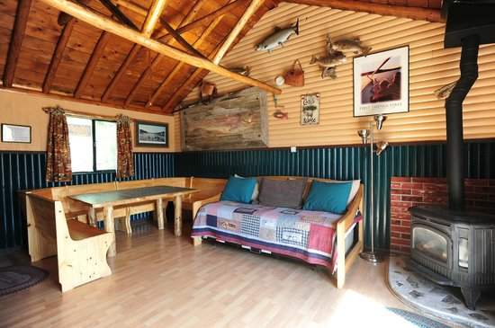 Mountain Lakes Lodge: Large main room and dining table make Ye Old Bait and Tackle Shop a popular base for groups.