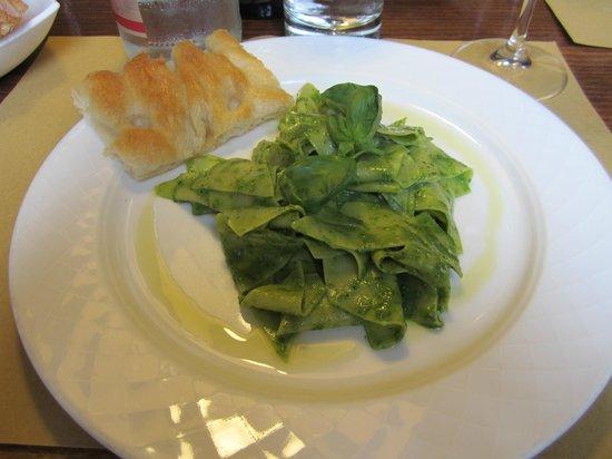 Caffe degli Specchi: Fantastic fresh pesto on homemade pasta with focaccia