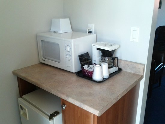 Acadian Inn: Microwave, Fridge and Coffee maker.