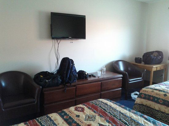 Acadian Inn: Leather Chairs & Flat screen TV.