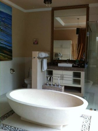 Kamuela Villas Seminyak: Bathroom with separate bath tub and shower