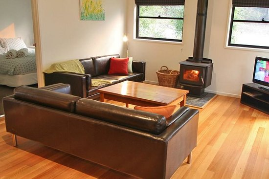 Banksia Lake Cottages : cosy lounge with fire