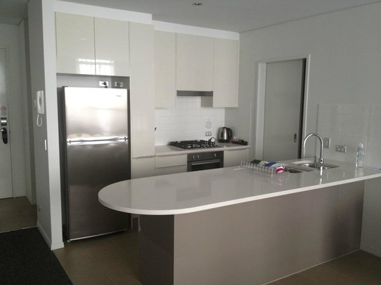 Meriton Serviced Apartments Aqua Street, Southport: 1 bedroom apartment kitchen