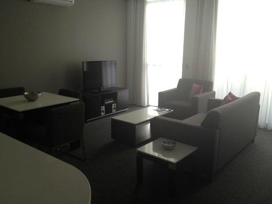 Meriton Serviced Apartments Aqua Street, Southport: 1 bedroom apartment lounge room