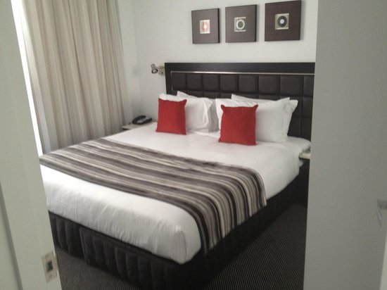 Meriton Serviced Apartments Aqua Street, Southport: 1 bedroom apartment bedroom