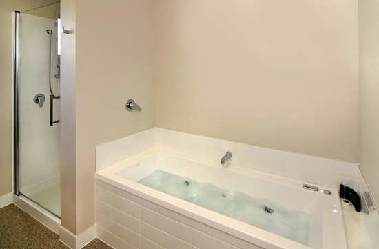 Lincoln Motel: Bath / Shower 1 & 2 Bedroom