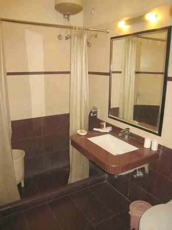 Hotel CJ International: Our bathroom