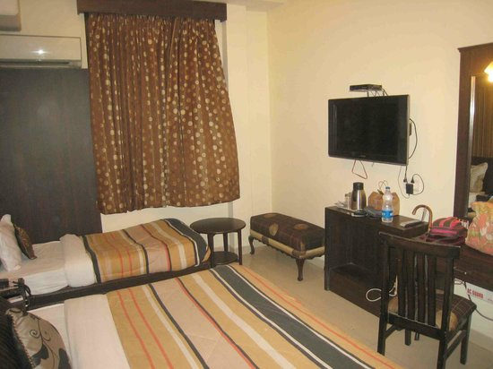 Hotel CJ International: Flat screen TV and dressing table