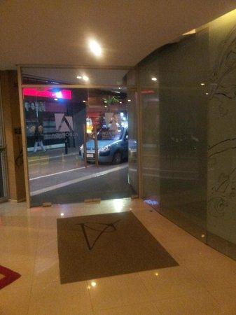 Alborada Hotel : La entrada del hotel queda en una calle aledaña muy tranquila