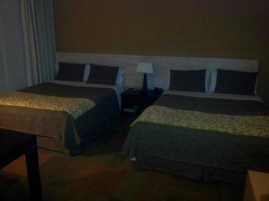 Alborada Hotel : La habitación tiene dos camas Queen