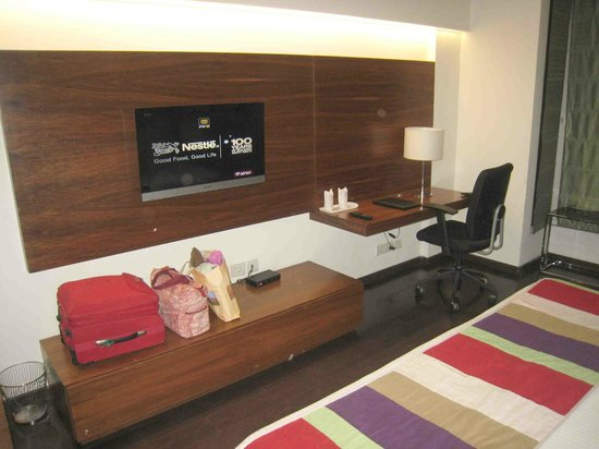 Sage Hotel: The TV and large dressing table & counter area