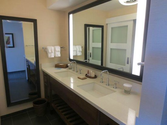Hilton Waikoloa Village: Lovely renovated bathroom in the updated Lagoon tower rooms