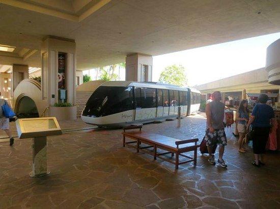 Hilton Waikoloa Village: The monorail enters the lobby!