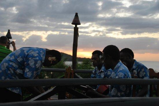 Wananavu Beach Resort: Sunset with the band!