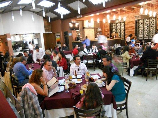 Mamatango bife & wine: Amplias mesas y agradable decoración!