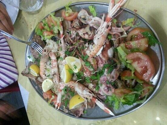 Ristorante L'Aragosta : Grigliata di pesce misto con Spada, Tonno, Cernia,Totani e Scampi con pomodori e insalata