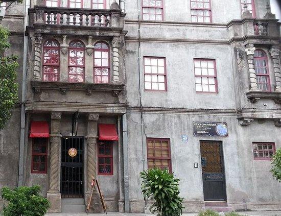 Café-Té-Ría: entrance - do not miss it