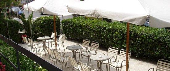 Hotel Haway : terrazza e giardino sulla passeggiata