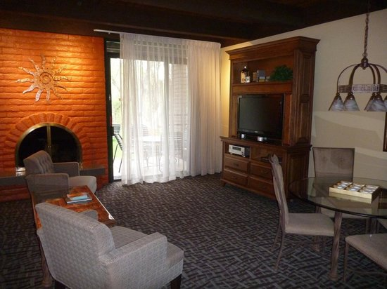 BEST WESTERN PLUS Arroyo Roble Hotel & Creekside Villas: Lounge/Dining area in our villa