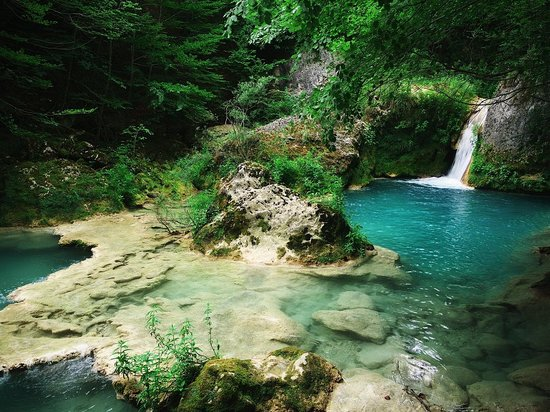 Nacedero del Urederra: diferente perspectiva de cascadas