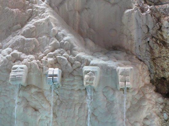 Cave Bath of Miskolctapolca: Sculptures spurting water