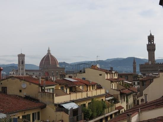 Uffizi Guesthouse Firenze : view towards Ponte Vecchio from rooftop terrace in the morning