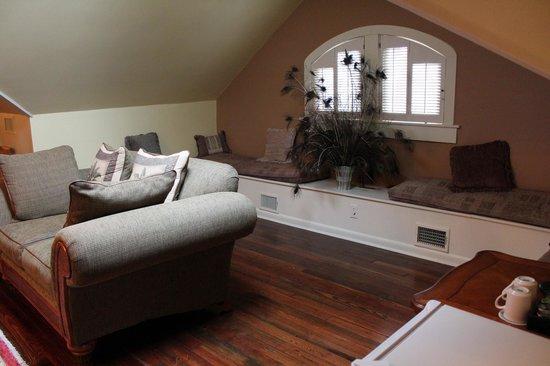 Fairview Inn: window seat area