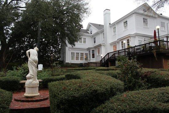 Fairview Inn: Backyard