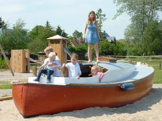 Strandhafer Aparthotel: Spielboot und Spielplatz im Garten
