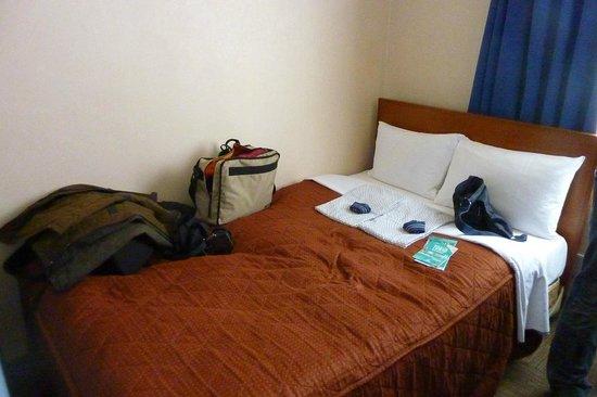 Ueno Tokyo New Izu Hotel: Habitación con el yukata de cortesía sobre al cama