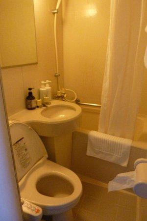 Ueno Tokyo New Izu Hotel: Baño minúsculo pero funcional