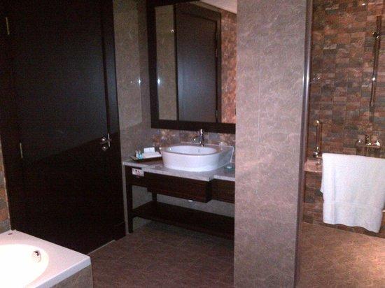 The K Hotel: Bad mit Dusche und WC