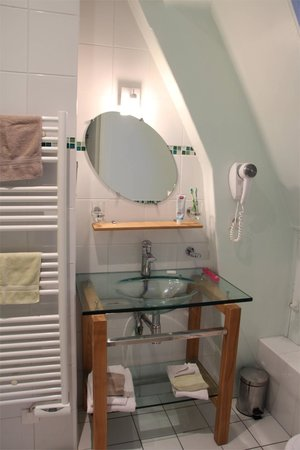 Le Castel Guesthouse: The bathroom