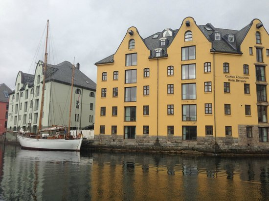Clarion Collection Hotel Bryggen: вид на отель с противоположного берега
