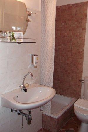 Hotel Pension Helios: Bathroom