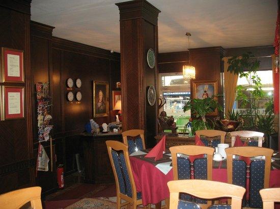 Goethe Hotel : Помещение для завтрака и частино вид на рисепшен