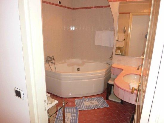Santa Caterina Hotel: Salle de bain - baignoire hydromassante