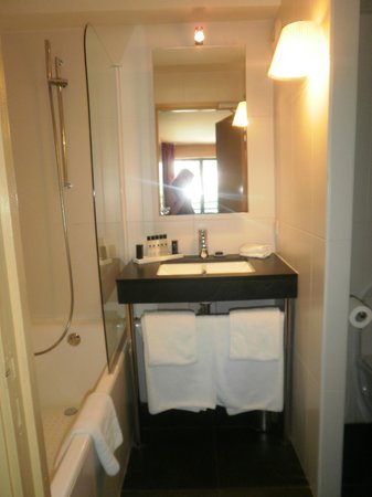 Eden Hotel & Spa: WC séparés par une cloison à droite