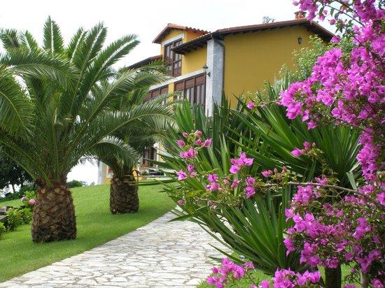 El Corral del Acebo: vista lateral de la casa desde el jardín