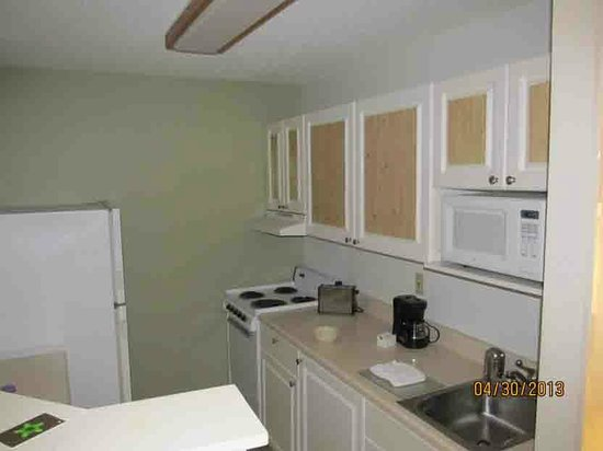 Extended Stay America - Tampa - Airport - Memorial Hwy.: Kitchen area, nice double counter on the left with seats